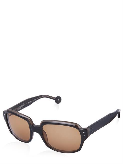 Artikel klicken und genauer betrachten! - Hally&Son Sonnenbrille. Braune Gläer mit UV-Schutz. Rechteckige Form. Leichtes Kunststoffgestell in dunkelbraun. Einfacher Nasensteg . Schmale Bügel mit Logo-Verzierung. Modell HS517S01 | im Online Shop kaufen